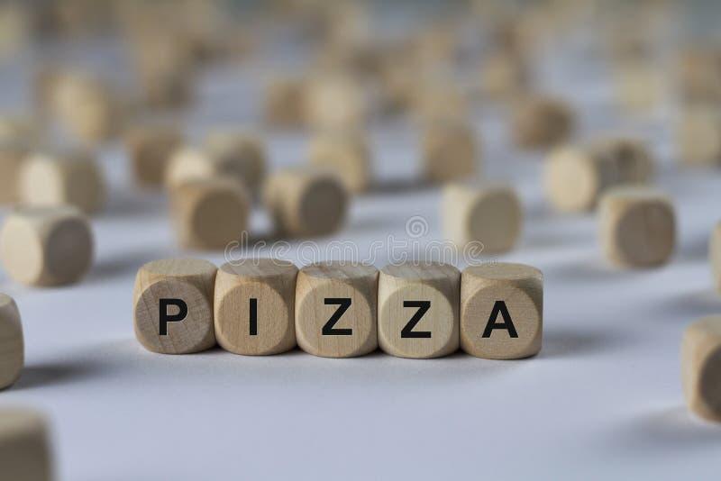 Pizza - kubus met brieven, teken met houten kubussen stock foto