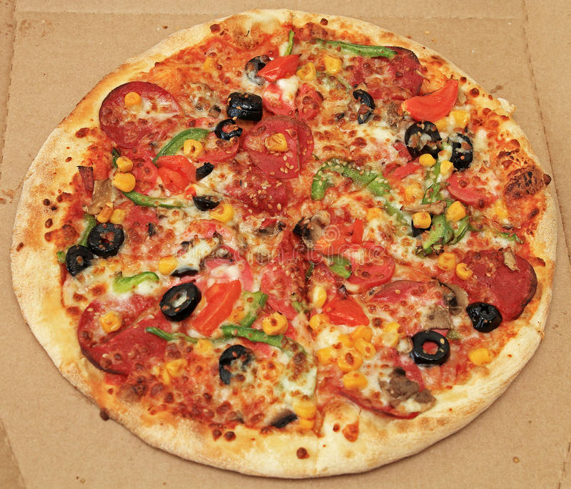Pizza mélangée dans la boîte à pizza photographie stock libre de droits