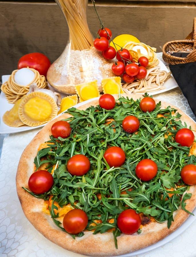 Pizza makaronu pomidory i warzywo, Typowy Włoski jedzenie widzieć od wierzchołka na stole fotografia royalty free
