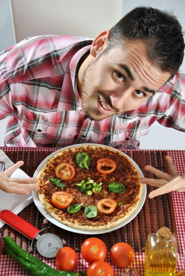 Pizza mangiatrice di uomini affamata pazza fotografie stock libere da diritti