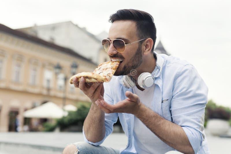 Pizza mangiatrice di uomini casuale fotografie stock