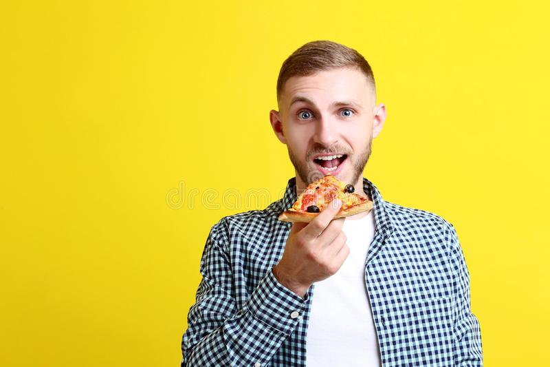 Pizza mangiatrice di uomini giovane immagine stock