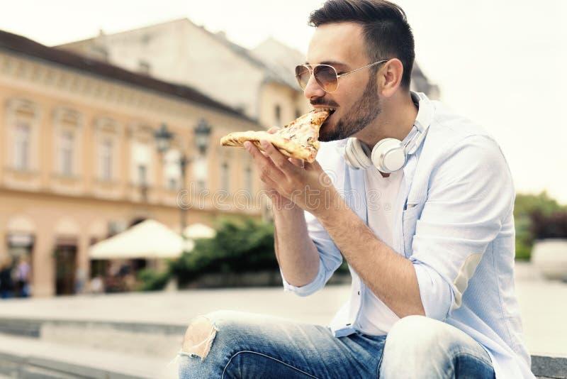 Pizza mangiatrice di uomini giovane fotografia stock