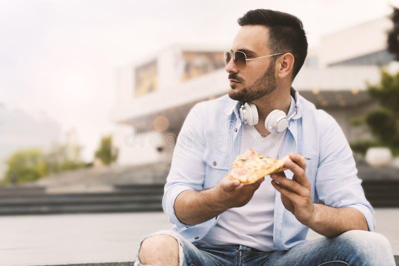 Pizza mangiatrice di uomini giovane fotografia stock libera da diritti