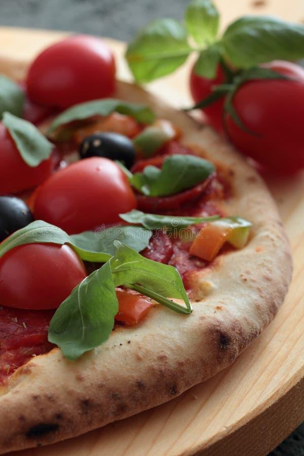 Pizza Margherita z pomidorem i basilem zdjęcia royalty free