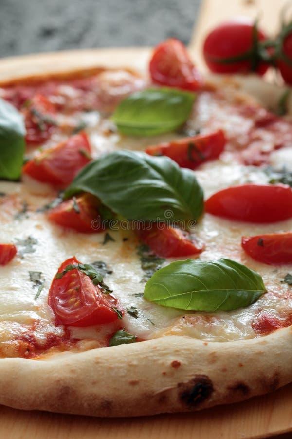 Pizza Margherita z pomidorem i basilem zdjęcie stock