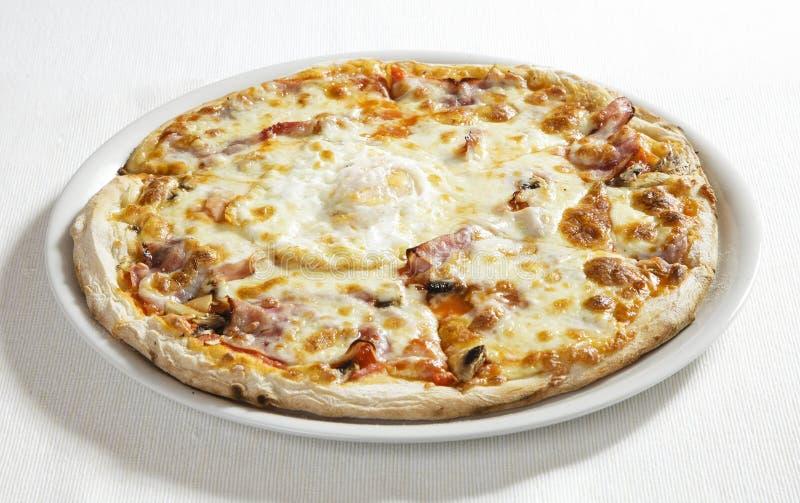 Pizza med ägget arkivfoto