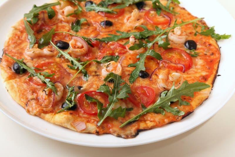Pizza med Arugula och räka royaltyfri foto