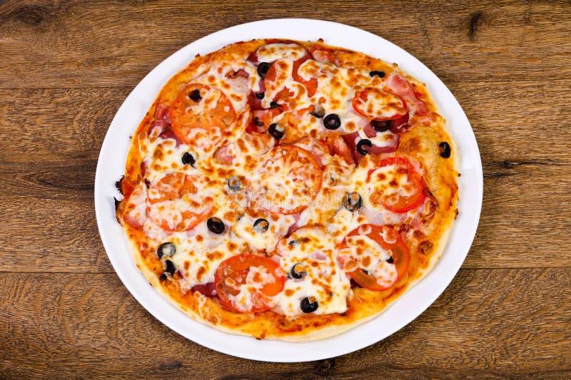 Pizza med bacon arkivfoton