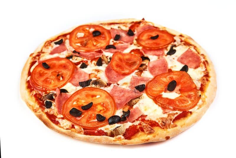 Pizza med bacon, tomater, oliv och champinjoner på vit bakgrund arkivbild
