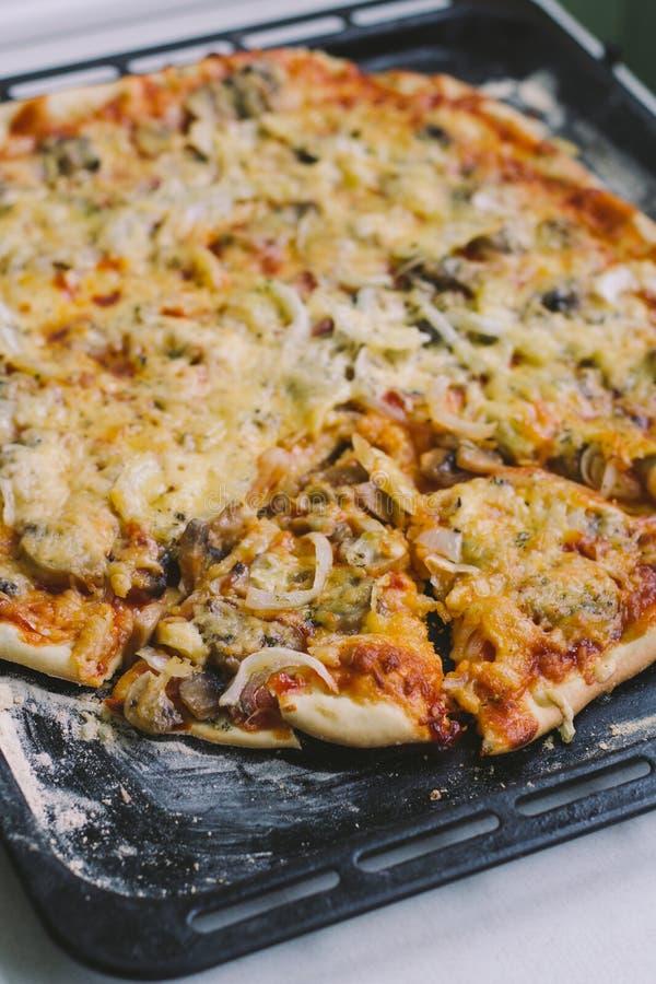 Pizza med champinjoner och löken arkivfoto