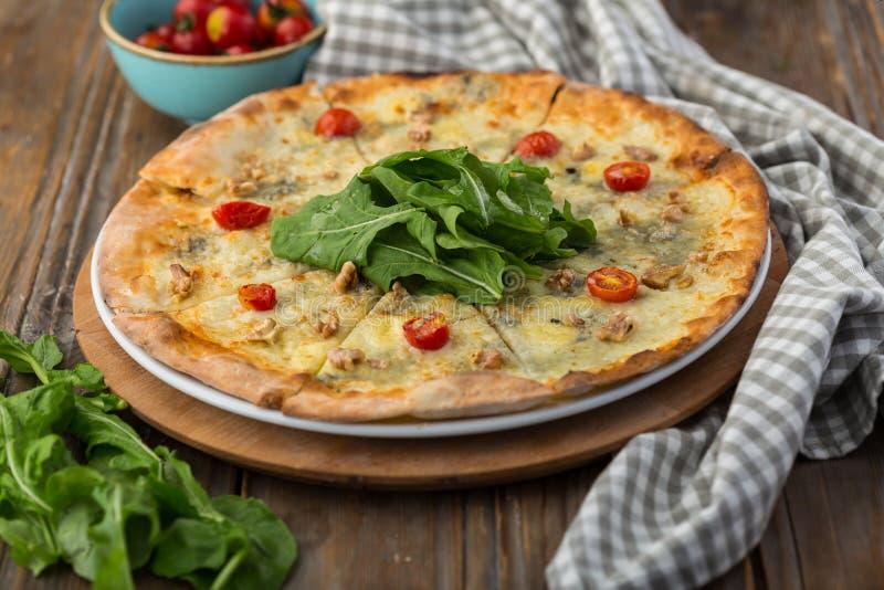 Pizza med champinjoner och valnöt-grained ost royaltyfria foton