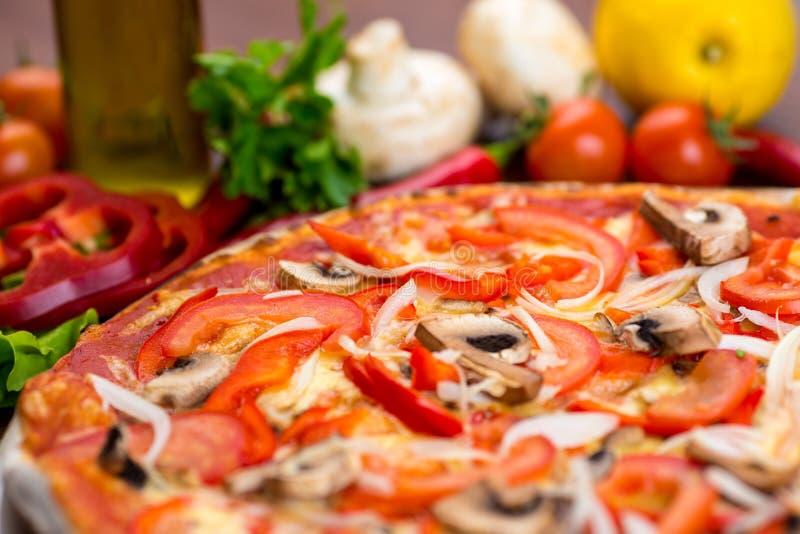 Pizza med champinjoner på tabellen royaltyfria bilder