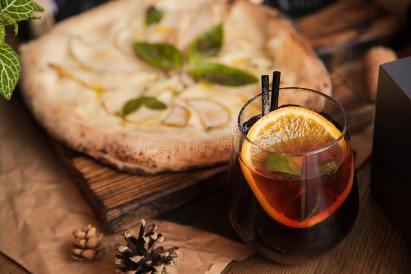 Pizza med den varma coctailen royaltyfria foton