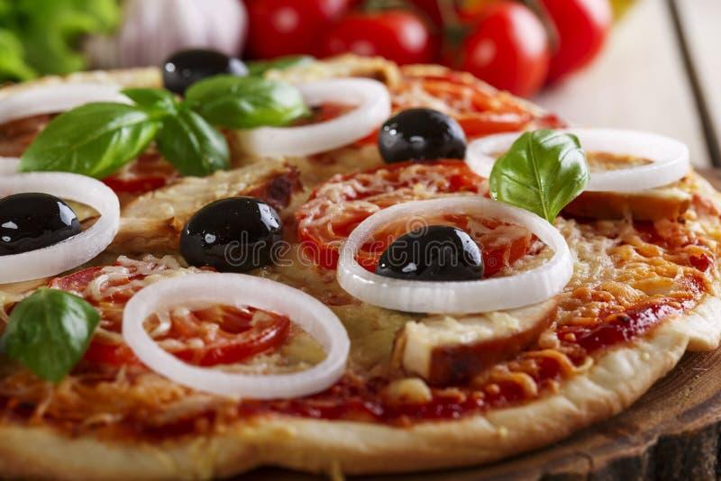 Pizza med höna royaltyfria bilder