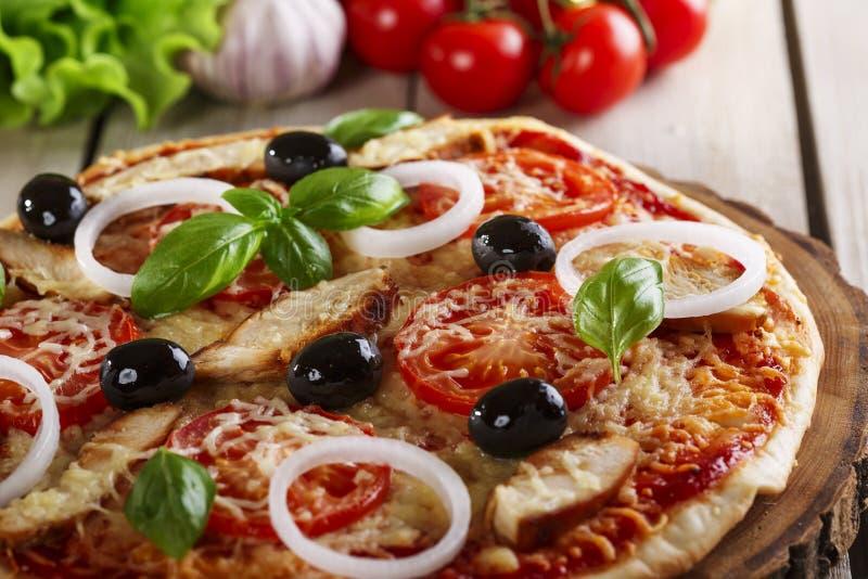 Pizza med höna royaltyfria foton