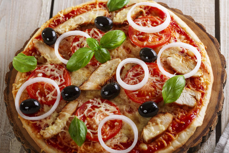 Pizza med höna arkivfoton