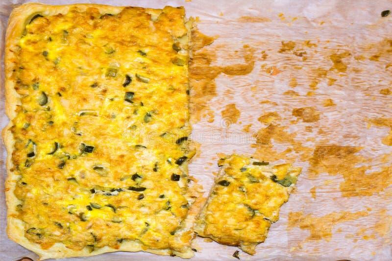 Pizza med höna och knipor på en vitbok var kunde den hemlagade pien f?r mat arkivbild