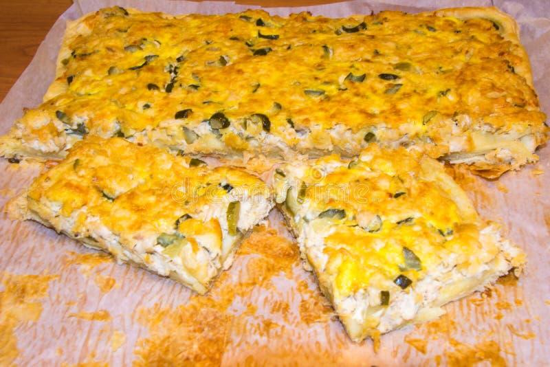 Pizza med höna och knipor på en vitbok var kunde den hemlagade pien f?r mat royaltyfri fotografi