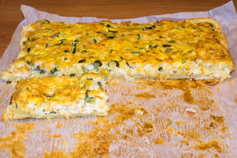 Pizza med höna och knipor på en vitbok var kunde den hemlagade pien f?r mat arkivbilder