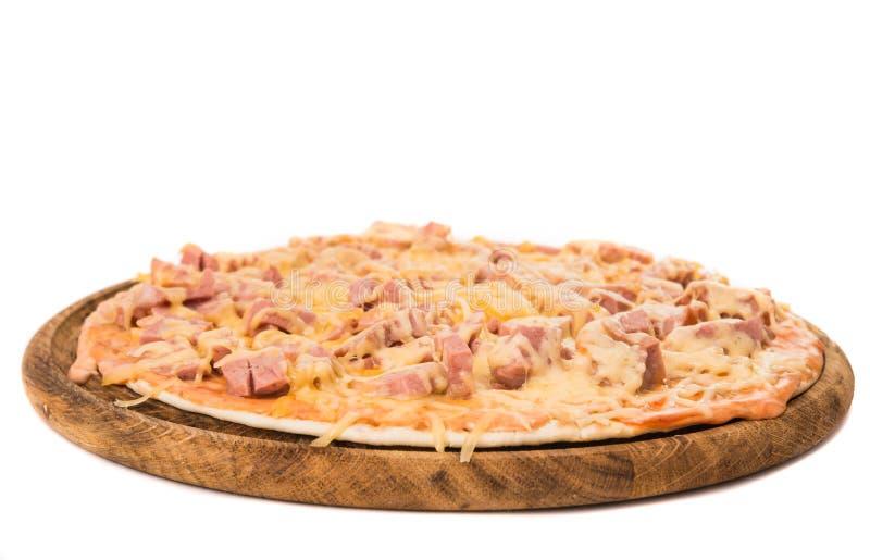 Pizza med isolerad salami royaltyfri bild