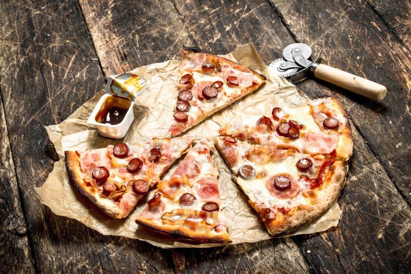 Pizza med kryddiga köttkorvar och ost royaltyfri bild