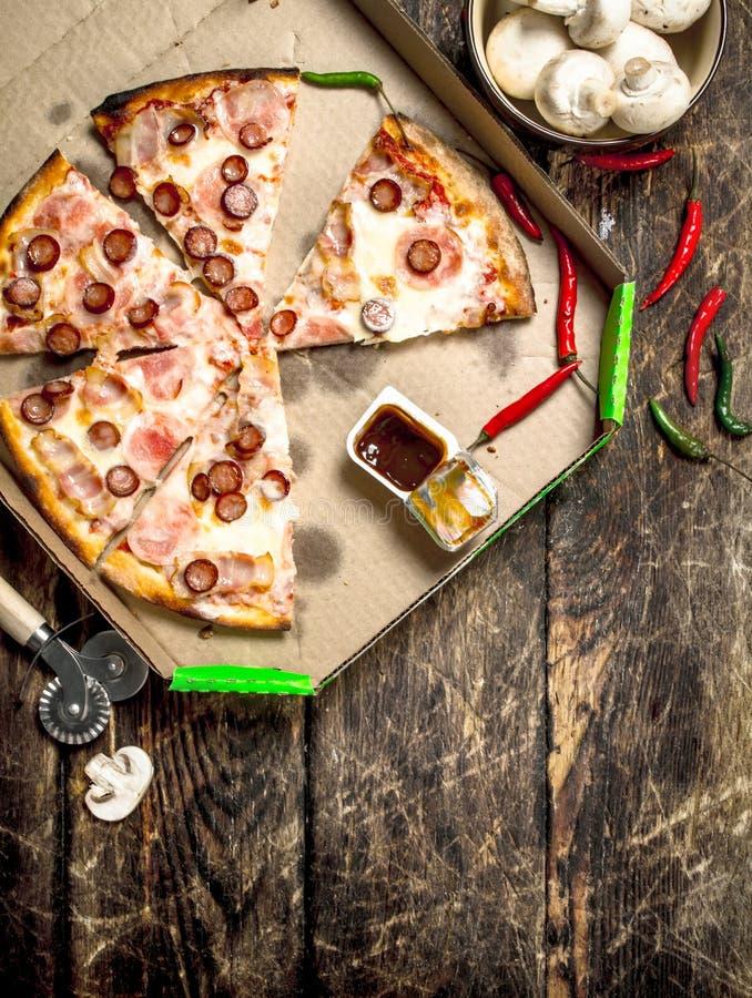 Pizza med kryddiga köttkorvar och ost royaltyfria foton