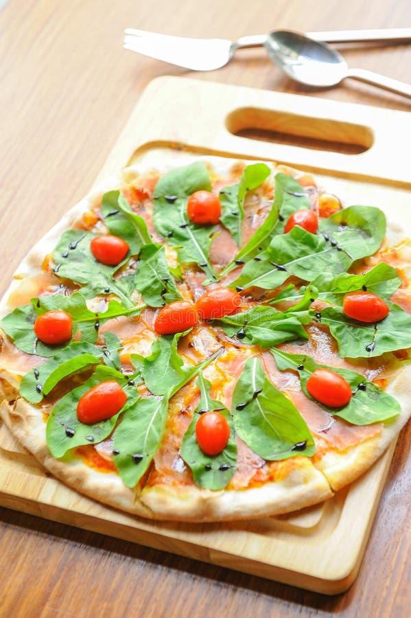 Pizza med ost, lax royaltyfria bilder