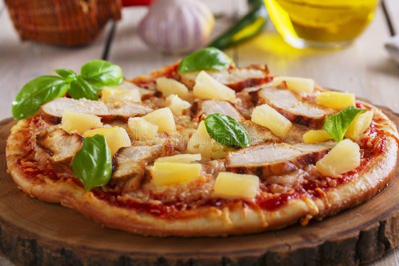 Pizza med ost- och ananashöna royaltyfri fotografi