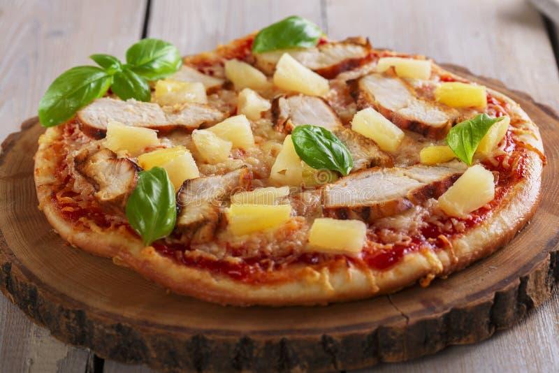 Pizza med ost- och ananashöna arkivfoto