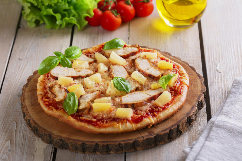 Pizza med ost- och ananashöna arkivfoton