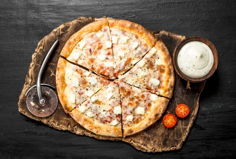 Pizza med ost och aromatiska örter fotografering för bildbyråer