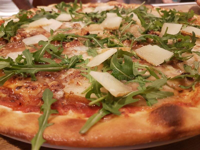 Pizza med ost och roccula royaltyfria foton