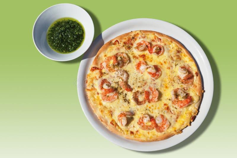 Pizza med ost och scampier och vitlök-växt- sås arkivbild