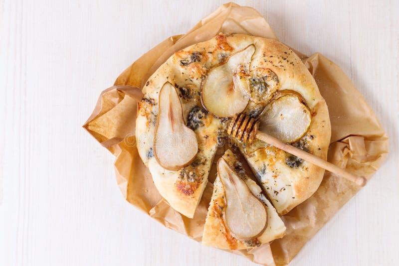 Pizza med päronet och gorgonzola arkivfoto