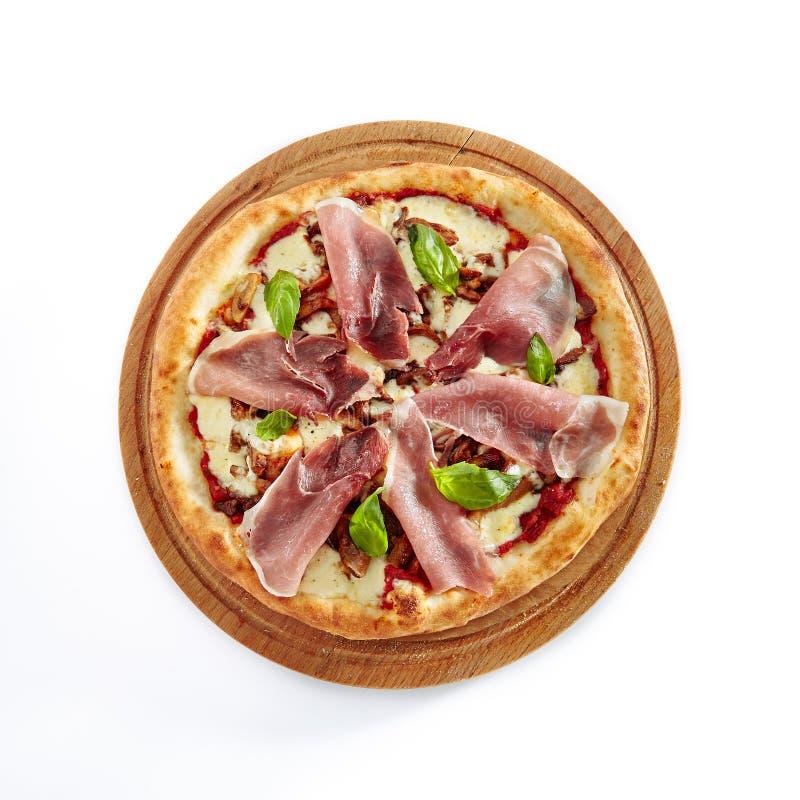 Pizza med Parma Ham Isolated på vit bakgrund royaltyfri foto