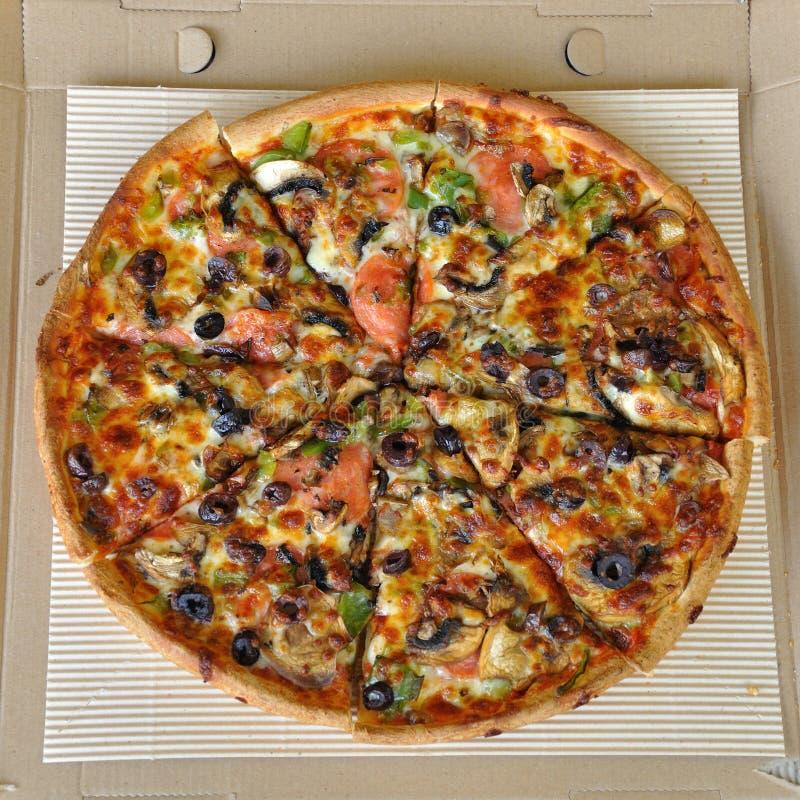 Download Pizza med peperoni arkivfoto. Bild av kokkonst, olivgrön - 27283828