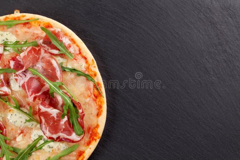 Pizza med prosciuttoen och mozzarellaen royaltyfria foton