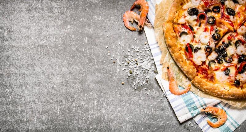 Pizza med räka, tomatdeg och olivolja arkivbilder