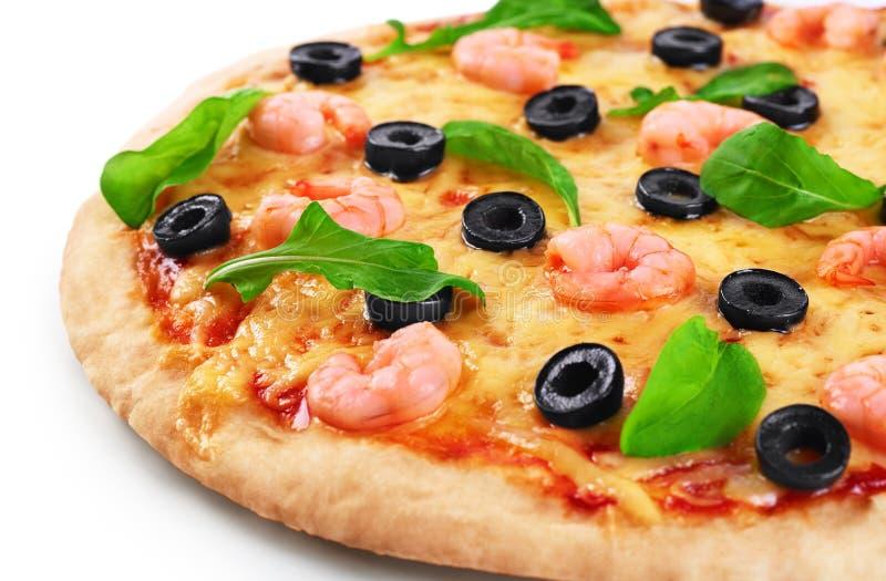Pizza med räkaoliv och arugula på en vit bakgrund royaltyfri bild