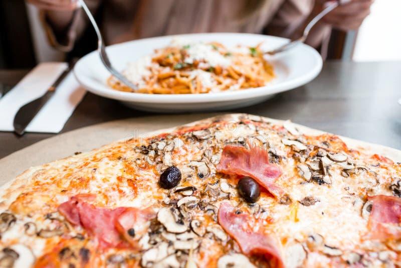Pizza met artisjok, ham en paddestoelen het proces om te eten, kooktoestellen royalty-vrije stock foto's