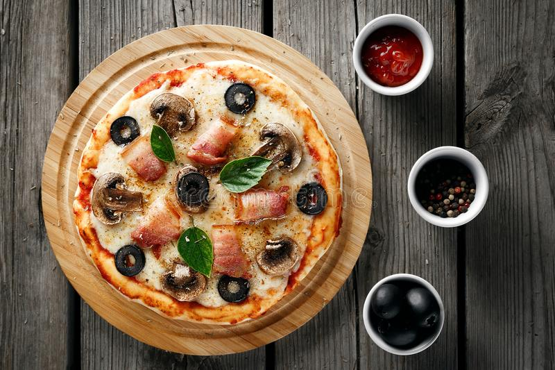Pizza met bacon en kaas royalty-vrije stock fotografie