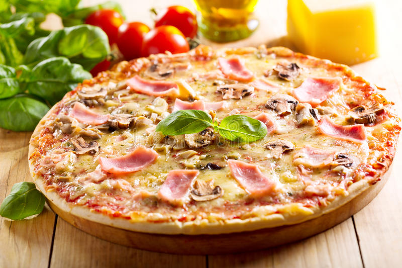 Pizza met bacon en paddestoelen royalty-vrije stock afbeeldingen