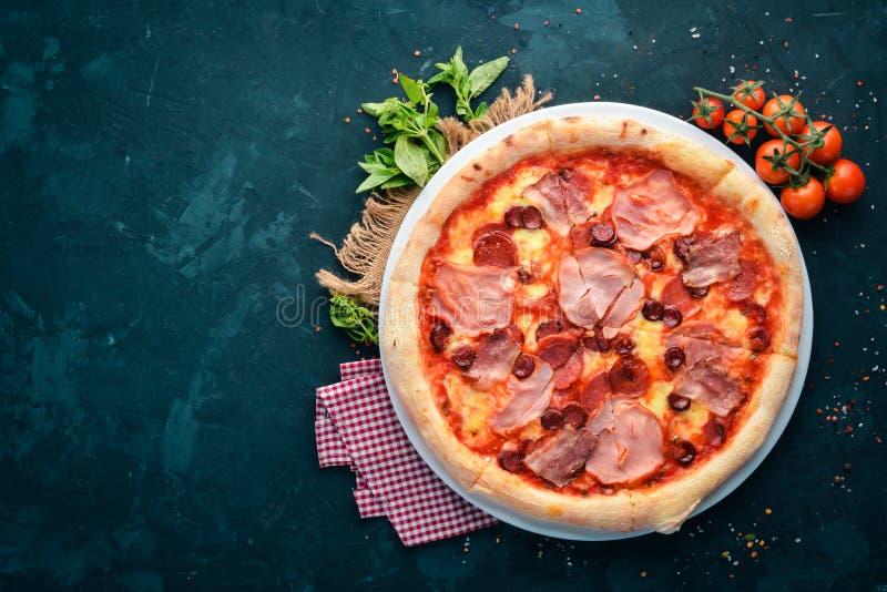 Pizza met bacon en worsten Italiaanse traditionele schotel Op de oude achtergrond royalty-vrije stock foto's