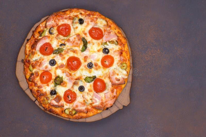 Pizza met bacon, tomaat en olijf stock afbeeldingen