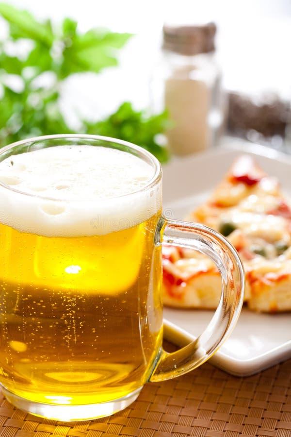 Pizza met bier royalty-vrije stock fotografie