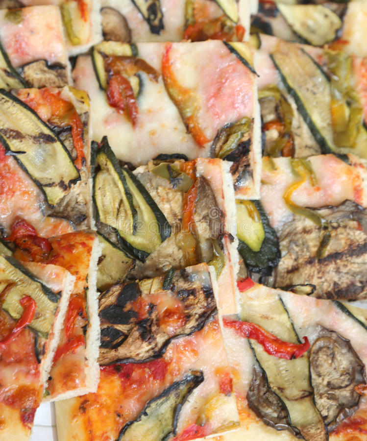 Pizza met courgetteaubergine en peper en vele mozarella che royalty-vrije stock fotografie