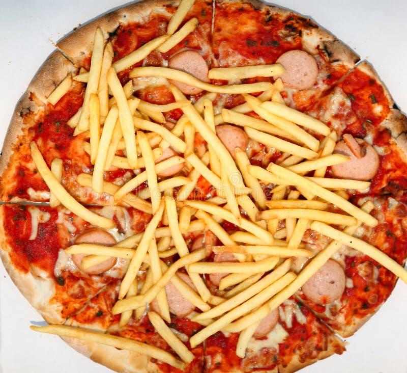 pizza met gebraden gerechten en wurstel in de pizzeria van meeneemschotels stock afbeeldingen