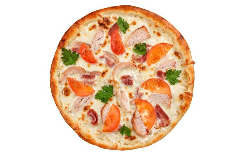 Pizza met gerookte kip, bacon en tomaten hoogste mening stock afbeelding
