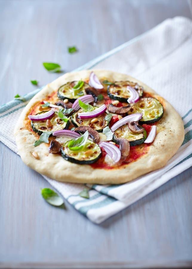 Pizza met geroosterde courgette stock afbeeldingen
